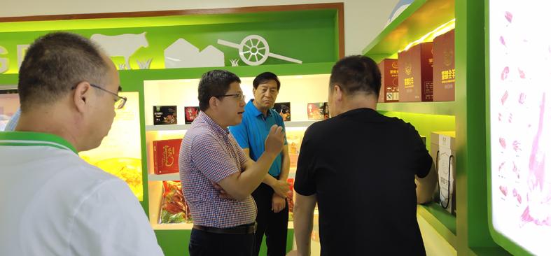 4参观产品展厅.jpg
